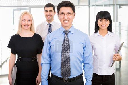 Foto de Grupo de empresarios con el líder empresario en primer plano - Imagen libre de derechos