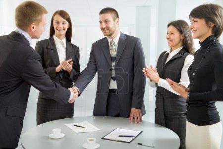 Photo pour Gens d'affaires se serrant la main après des négociations fructueuses - image libre de droit