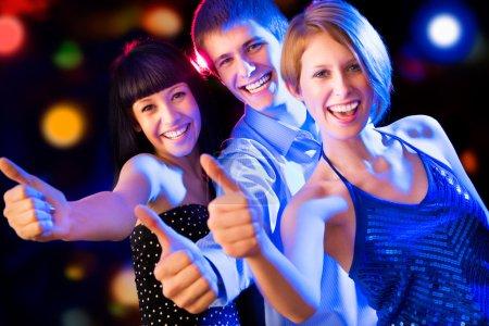 Photo pour Heureux groupe d'amis avec les pouces levés - image libre de droit