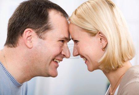 Photo pour Couple d'amoureux, toucher de front - image libre de droit