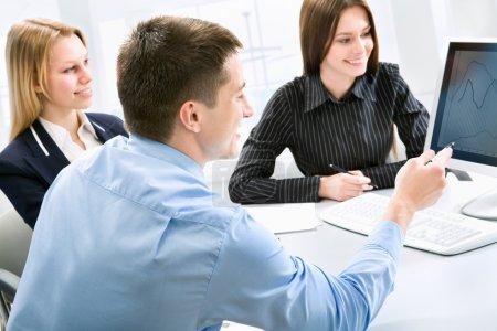 Photo pour Homme d'affaires, expliquer un nouveau projet à mes collègues au bureau - image libre de droit
