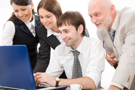 Photo pour Les gens d'affaires qui travaillent avec ordinateur portable - image libre de droit