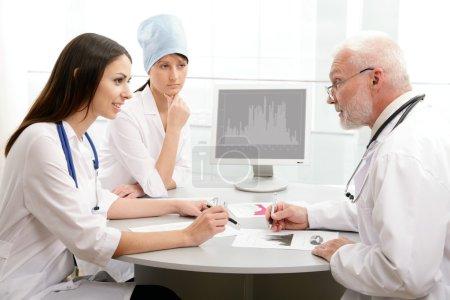 Photo pour Portrait d'un médecin avec deux de ses collègues - image libre de droit