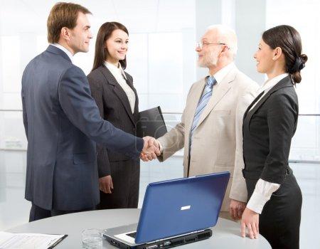 Photo pour Des collègues d'affaires se serrent la main - image libre de droit