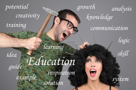 Photo pour Concept - Éducation, apprentissage, tuteur. Mettre l'information en tête. Un homme enfonce des clous dans la tête d'une fille . - image libre de droit