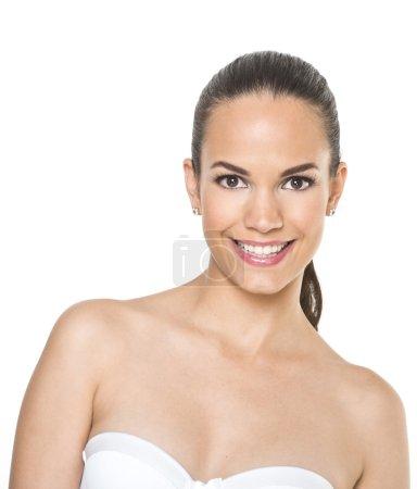 Photo pour Belle odeur de visage de jeune femme adulte à la peau propre et fraîche - isolée sur blanc - image libre de droit