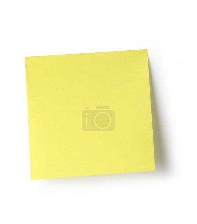 Photo pour Nota auto-adesiva isolada no fundo branco com traçado de recorte. - image libre de droit