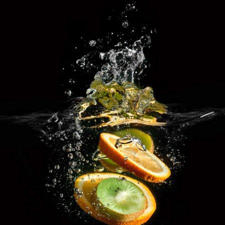 Foto de Frutas tropicales caen bajo el agua con un chapoteo grande - Imagen libre de derechos