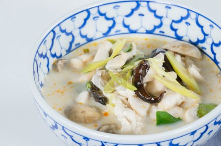 """Foto de Sopa de coco picante con pollo. tailandesa llamada """"tom kha"""" deliciosa sopa cremosa con leche de coco rica, setas, sabor intenso de galanga, limoncillo, hoja de lima kaffir, cilantro - Imagen libre de derechos"""