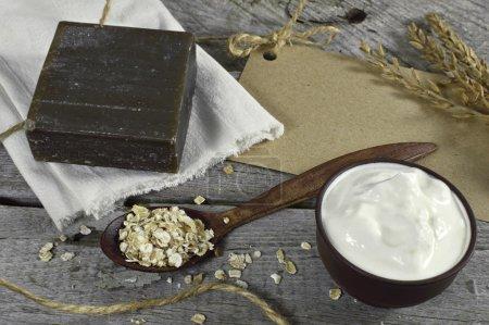 Photo pour Nature morte avec savon, crème de lait et avoine - image libre de droit