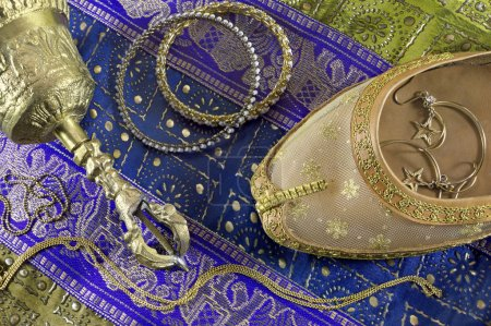 Photo pour Chaussure de danse indienne et bijoux - image libre de droit