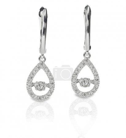 Photo pour En forme de larme dangle diamants boucles d'oreilles sont isolées sur un fond blanc avec des reflets - image libre de droit