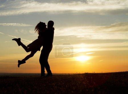 couple heureux au coucher du soleil