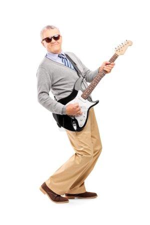 Photo pour Portrait de toute la longueur d'un homme mature souriant, jouer de la guitare isolé sur fond blanc - image libre de droit
