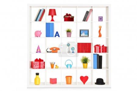 Photo pour Rayonnages blancs avec différents objets de la maison isolés sur fond blanc - image libre de droit