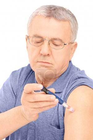 Man injecting insulin in arm