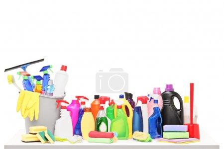 Photo pour Prise de vue Studio d'un produits de nettoyage sur une table isolé sur fond blanc - image libre de droit