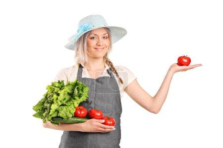 Photo pour Un fermier blond tenant divers légumes isolés sur fond blanc - image libre de droit