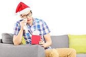 Smutný chlap s santa hat pláč