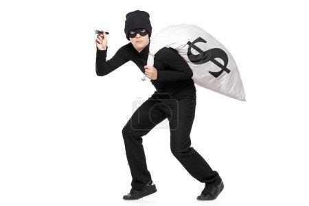 Photo pour Voleur avec un sac et une lampe de poche dans les mains isolées sur fond blanc - image libre de droit