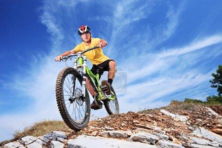 Photo pour Un jeune homme monté sur un vélo de montagne en plein air - image libre de droit
