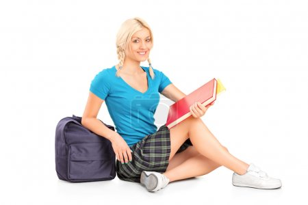 Photo pour Étudiante assise sur le sol, isolée sur fond blanc - image libre de droit