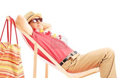 Foto de Maduro turista macho disfrutando en una silla de playa, aislada sobre fondo blanco - Imagen libre de derechos