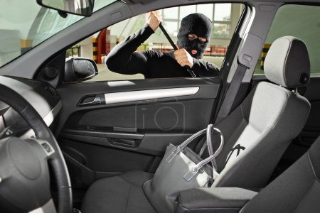 Thief steal bag in automobile
