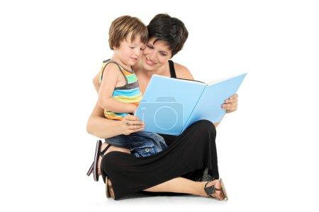 Photo pour Mère souriante et garçon lisant un livre ensemble isolé sur fond blanc - image libre de droit