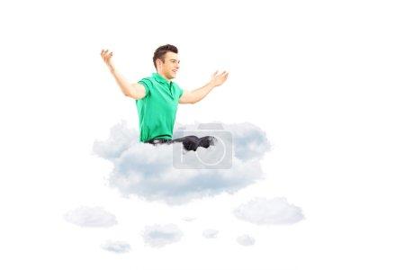 Hombre sentado en la nube y brazos extendidos