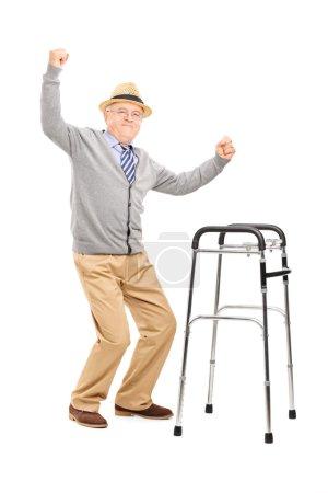 Photo pour Portrait complet d'un vieil homme avec un marcheur levant les mains isolé sur fond blanc - image libre de droit
