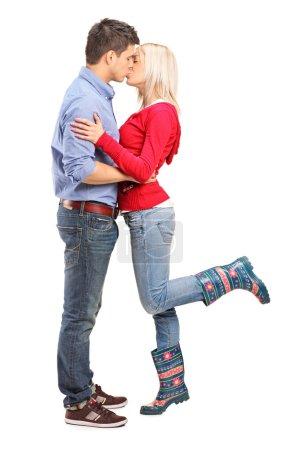 Photo pour Une vue d'un couple amoureux embrassant isolé sur fond blanc - image libre de droit