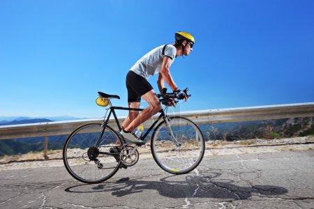 Radfahrer fährt Fahrrad bergauf