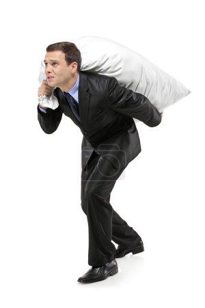 Photo pour Portrait de toute la longueur d'un homme d'affaires, portant un sac d'argent isolé sur fond blanc - image libre de droit