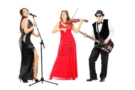 Photo pour Portrait complet d'une bande de jeunes musiciens isolés sur fond blanc - image libre de droit