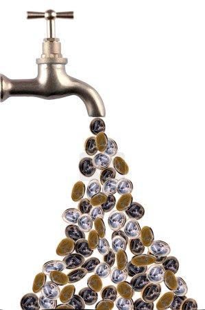 Photo pour Argent coulant d'un robinet rétro - image libre de droit