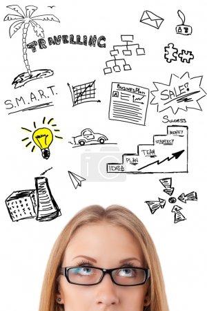 Photo pour Jeune femme d'affaires pensant à ses plans portrait visage gros plan. Bon pour les réunions, blog . - image libre de droit