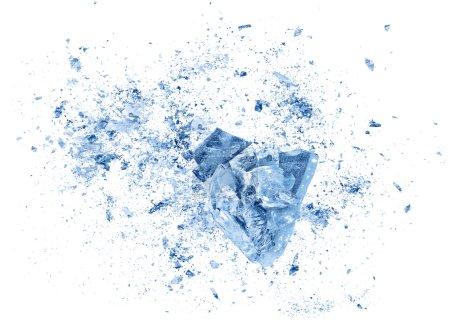 Kollision Explosion Textur von blauen Eisstücken auf weißem Hintergrund