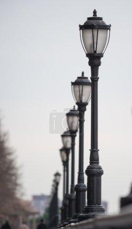 Photo pour Lampes de rue en perspective - image libre de droit