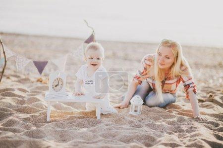 Foto de Madre y su hijito en la playa - Imagen libre de derechos