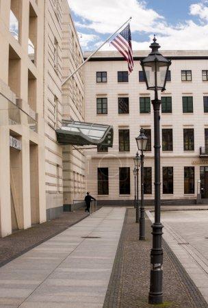 Photo pour Berlin, Allemagne - 30 mai 2014 : l'ambassade des Etats-Unis à berlin, entretient des relations diplomatiques et représente les intérêts des États-Unis en traitant de l'allemand que 180 millions euro chancellerie édifice, conceptualisé en 1996 - image libre de droit