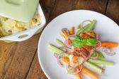 Smažené kuře se slaninou a zeleninou