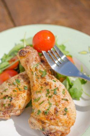 Photo pour Tambour de poulet grillé avec légumes sur une belle assiette - image libre de droit