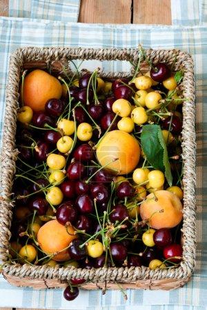 Photo pour Panier de fruits et baies frais - image libre de droit