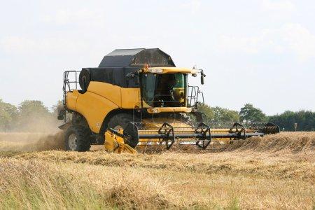 Photo pour Équipement de récolte de blé - Combiner la moissonneuse - image libre de droit