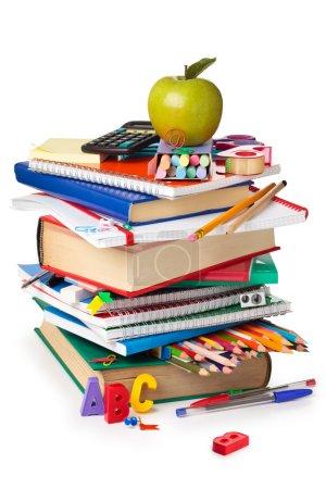 Photo pour Fournitures scolaires et pomme verte isolée sur fond blanc - image libre de droit