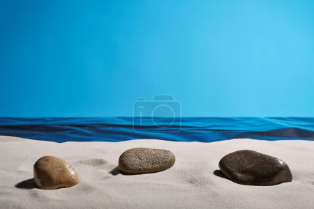 Photo pour Trois pierres sur une plage propre pour trouver la tranquillité d'esprit - image libre de droit