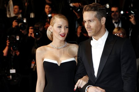 "Photo pour CANNES, FRANCE - 16 MAI : Ryan Reynolds et Blake Lively assistent à la première de ""The Captive"" lors du 67e Festival de Cannes, le 16 mai 2014 à Cannes, France - image libre de droit"