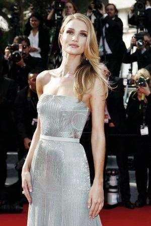 Foto de Cannes, Francia - 21 de mayo: rosie huntington-whiteley asiste a la premiere de 'la búsqueda' durante el festival de cine de cannes 67 en 21 de mayo de 2014 en cannes, Francia - Imagen libre de derechos