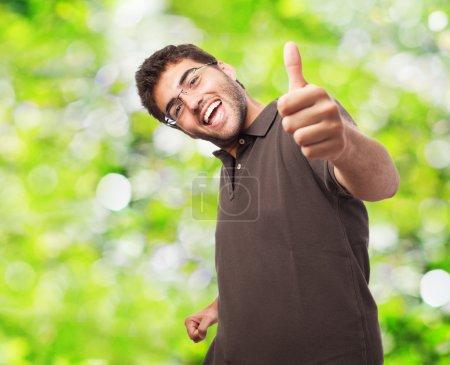 Mann macht positive Geste